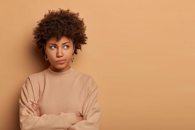Mujer pensativa seria disgustada piensa en una salida