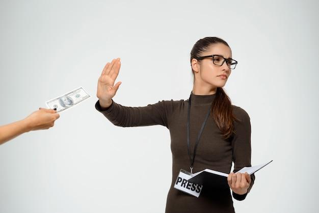 Mujer periodista rechazando soborno, rechazar tomar dinero