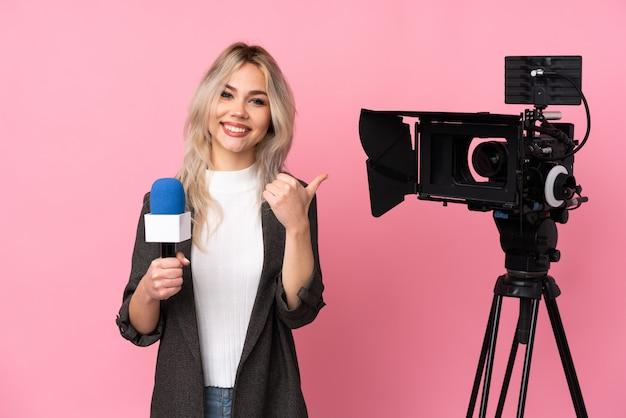 Mujer periodista sobre pared aislada