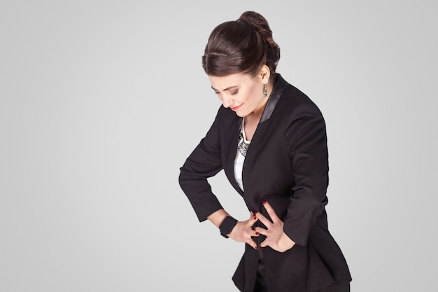 La mujer del período de dolor de estómago tiene un síndrome premenstrual
