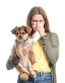 Mujer con perro en blanco