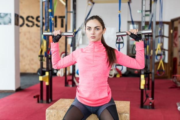 Mujer con pesas en el club deportivo