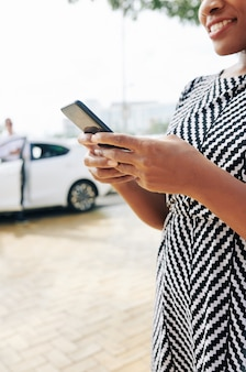 Mujer pide un taxi por teléfono