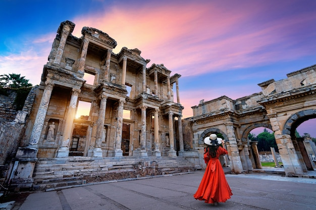 Mujer de pie en la biblioteca de celso en la antigua ciudad de éfeso en izmir, turquía.