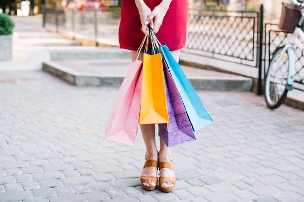 Mujer de pie con bolsas de papel