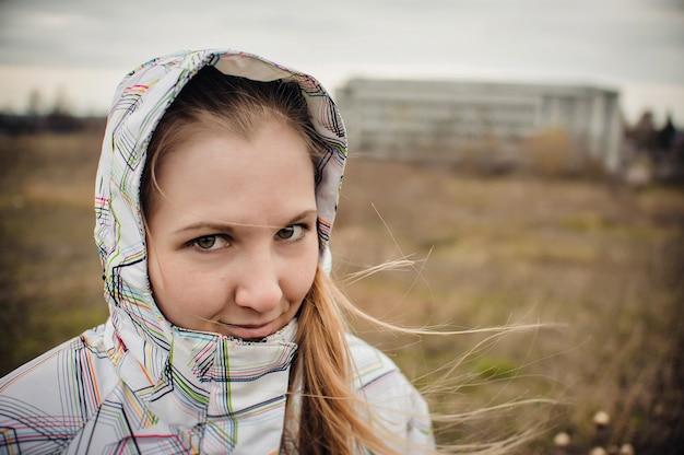 Mujer de pie en el campo en invierno