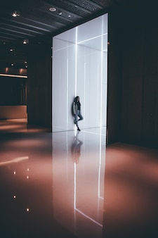 Mujer de pie en un edificio futurista