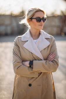Mujer de pie, en el estacionamiento, en, abrigo