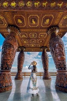 Mujer de pie en el mirador de doi suthep, chiang mai.