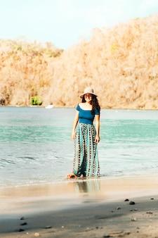 Mujer de pie, en, orilla del mar