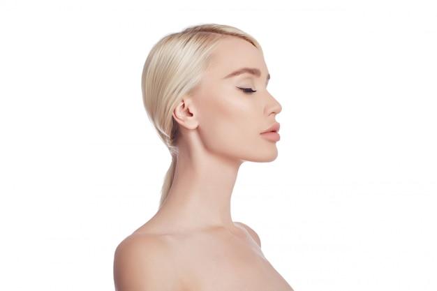 Mujer piel limpia cara y cuerpo. cosméticos naturales