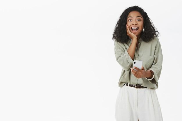 Mujer de piel oscura que se siente feliz y sorprendida
