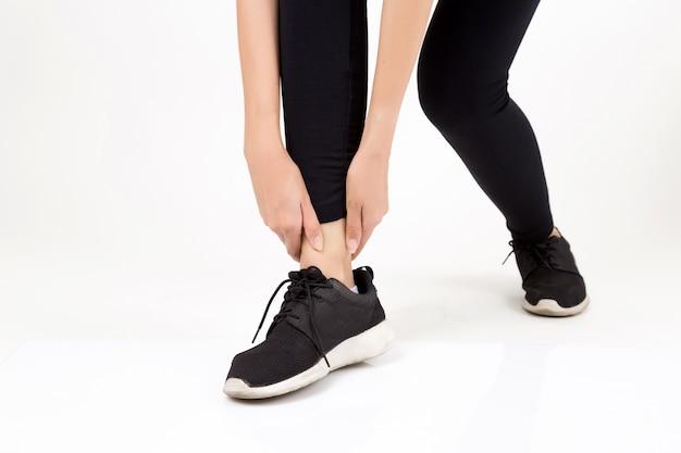 Mujer con pierna sintiendo dolor. fitness y concepto de salud