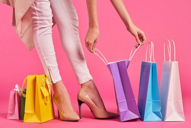 Mujer piernas compras, compras en línea, bolsas de colores, productos