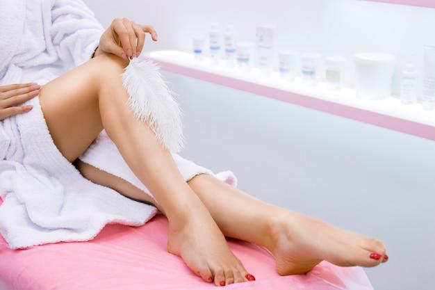 Una mujer con piernas largas y piel limpia en un salón de belleza.