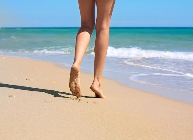 Mujer piernas y mar