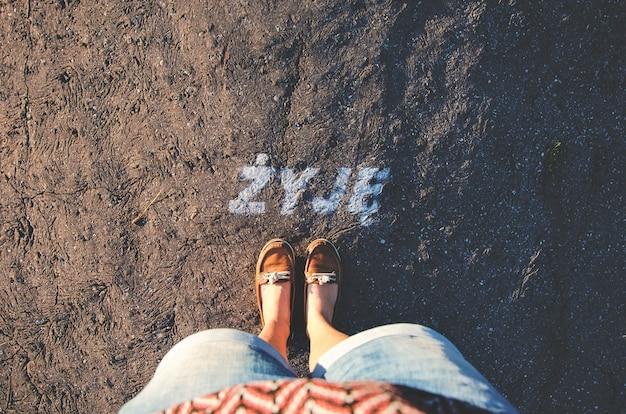 Mujer pies apoyados en el suelo