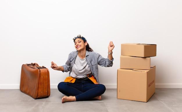 Mujer con pila de cajas y maleta de cuero