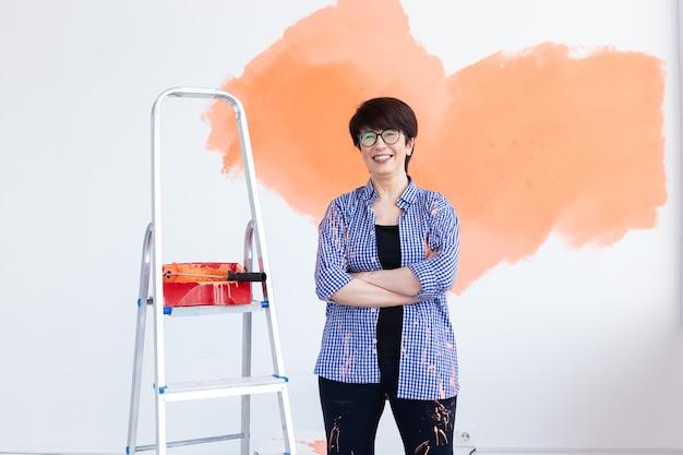 Mujer pinta la pared