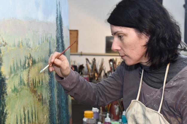 Mujer pintando en un estudio de pintura