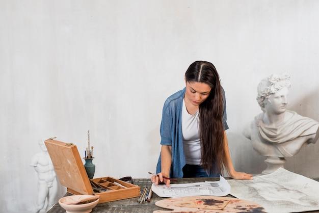 Mujer pintando en taller de arte