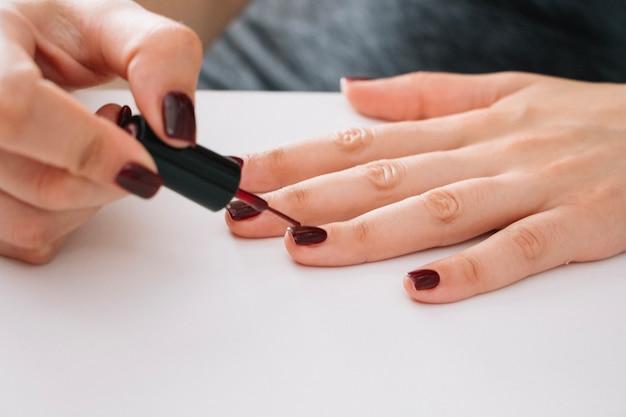 Mujer pintando uñas