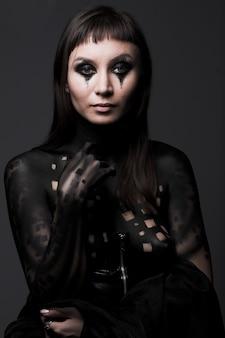 Mujer de pintura de arte corporal sobre fondo negro