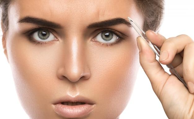 Mujer pinzas cejas