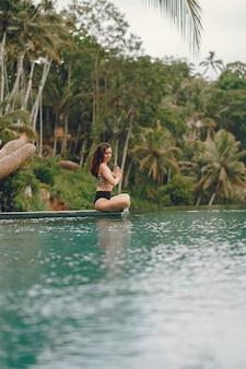 Mujer en una piscina en una vista de la selva