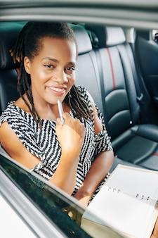 Mujer planeando su día durante el viaje