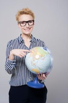 Mujer planeando viajes alrededor del mundo.