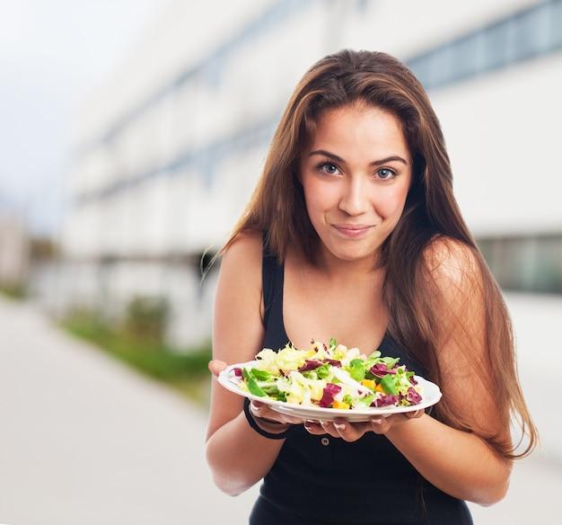 Mujer con un plato de ensalada