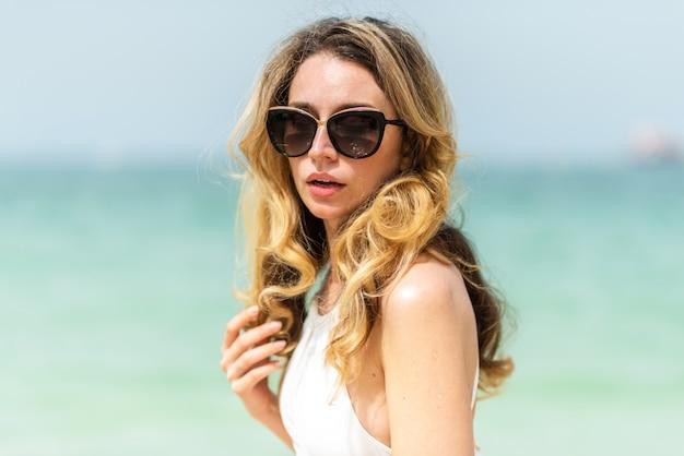 Mujer en la playa de dubai