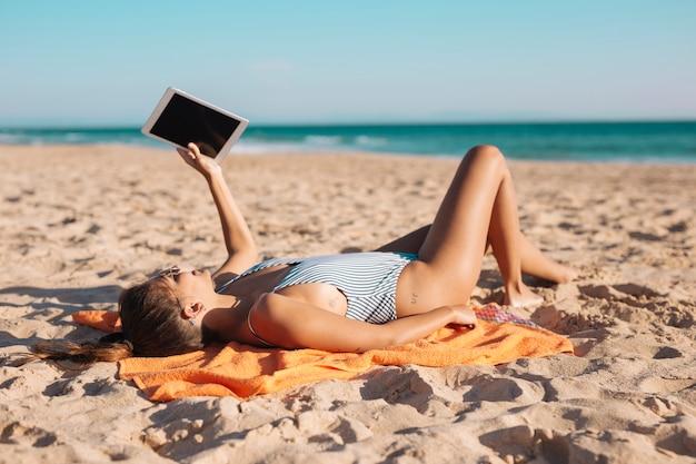 Mujer, en, playa, con, tableta