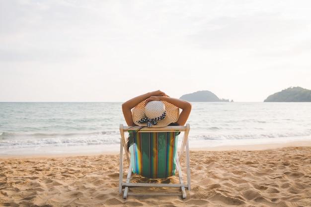 Mujer en la playa en verano