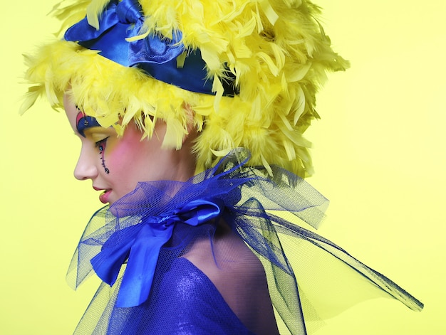 Mujer con pluma de peluca amarilla