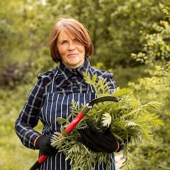 Mujer podando un arbusto