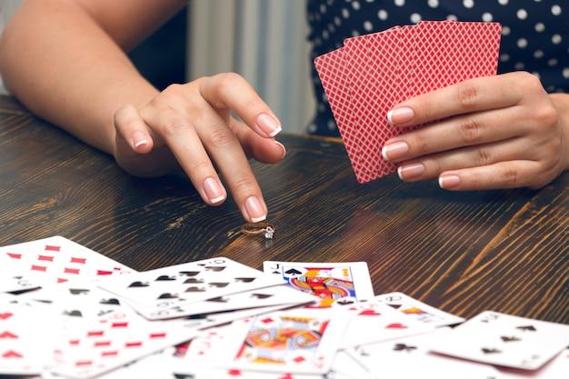 La mujer pone todo en el juego de póker