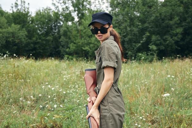 Mujer poniendo blanco y apuntando con una escopeta