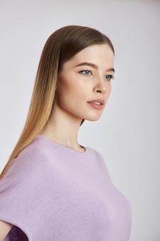 Mujer posa en una nueva colección de ropa de verano.