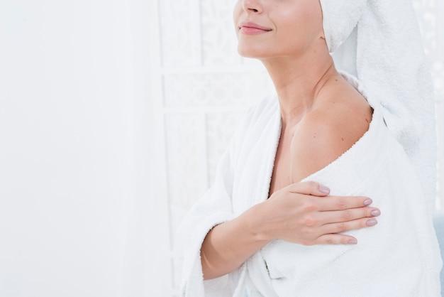 Mujer posando con albornoz en un spa