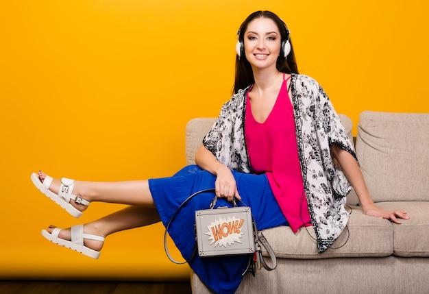 Mujer posando con bolso y moda de verano elegante calzado