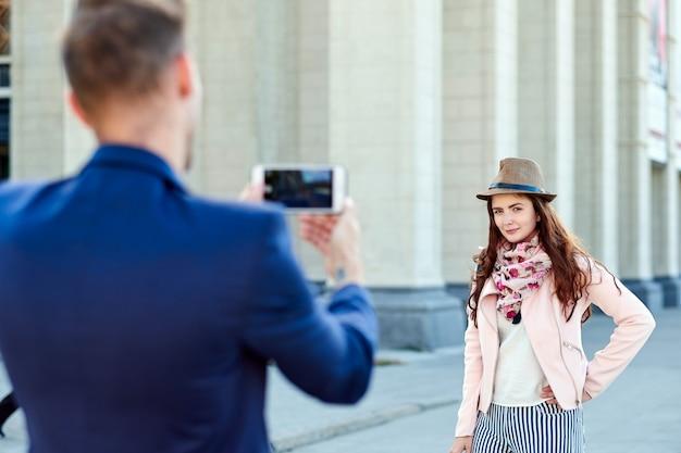 Mujer posando para la foto de vacaciones en el city tour urbano.
