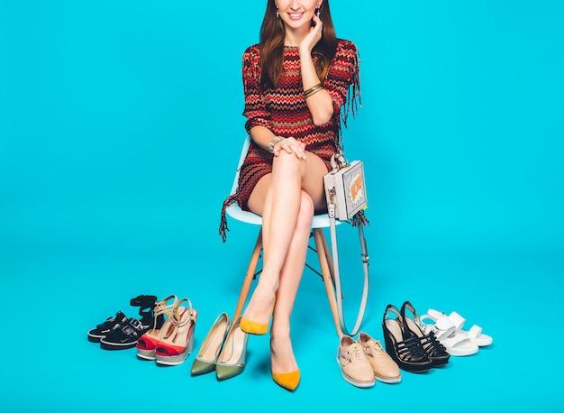 Mujer posando con moda de verano calzado elegante y bolso, piernas largas, compras