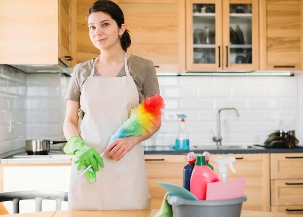 Mujer posando con plumero esponjoso