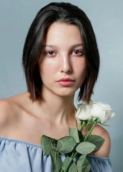 Mujer posando con ramo de rosas