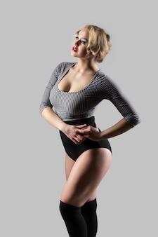 Mujer posando con ropa antigua de deporte