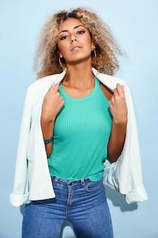Mujer posando en ropa casual moderna
