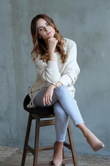Mujer posando sentada en una silla