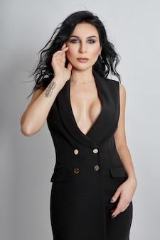 Mujer posando vistiendo un traje negro